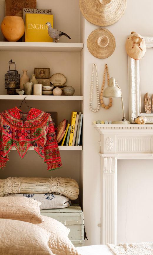 chambre famille emma cassi cheminée coussins blanc