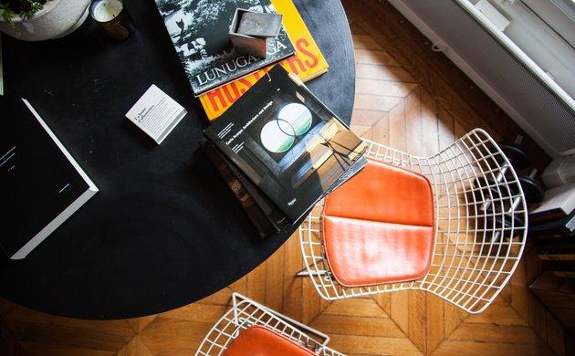 Chaises Side Harry Bertoia Salon Table Appartement Paris Charlotte de Tonnac et Hugo Sauzay
