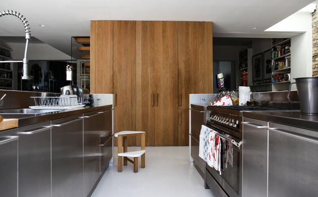 An Stainless Steel Kitchen