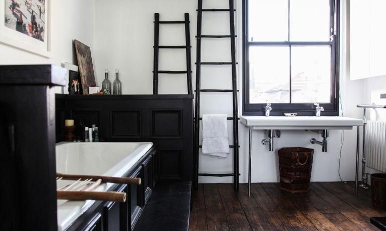 Salle de bain noire Bois Appartement Londres Chloé Machintosh