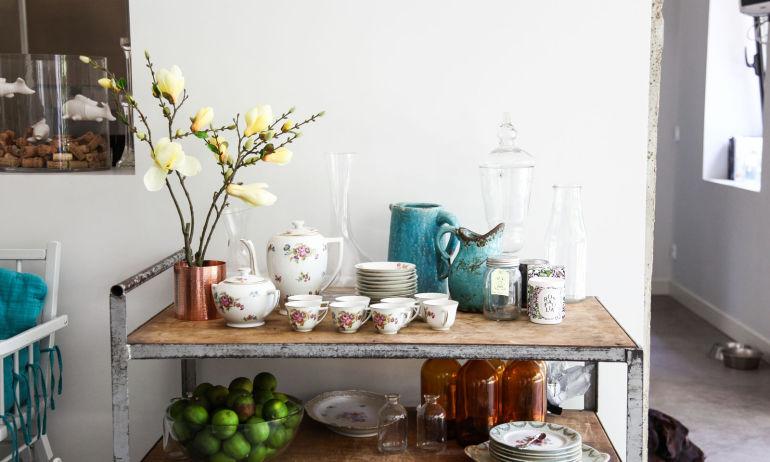Un service à thé vintage côtoie une desserte en bois chez Clarisse Prudent