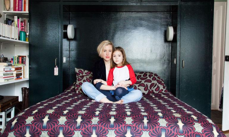 Portrait Chambre Tête de lit noire Appartement Paris Alix Thomsen