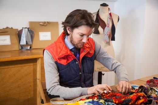 Alexandre Chapelier dans sa boutique cinabre rue d'Hauteville
