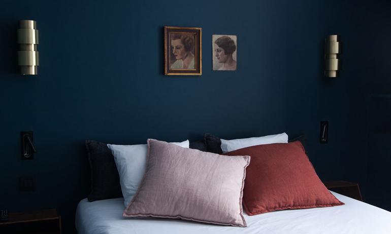 chambre mur peinture bleue coussins rose et marsala le coq hotel