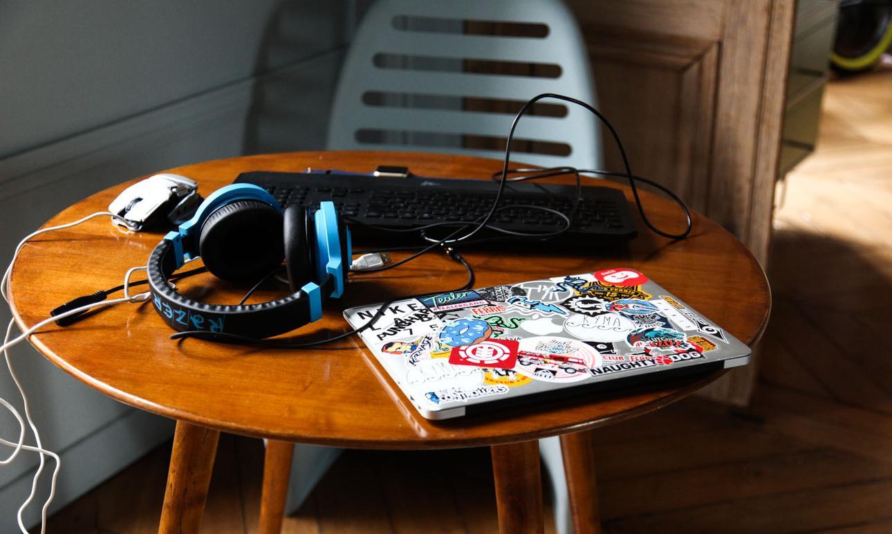 macbook et casque audio sur la table gio ponti du salon de Margherita Ratti