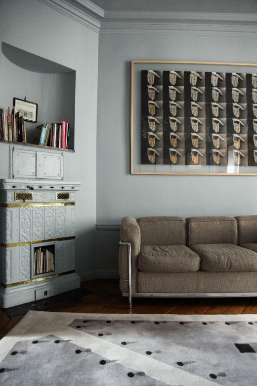 Coin du salon canapé et poêle à bois ancien Margherita Ratti