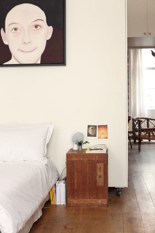 Table de chevet dans la chambre d'Alexandra Loewe
