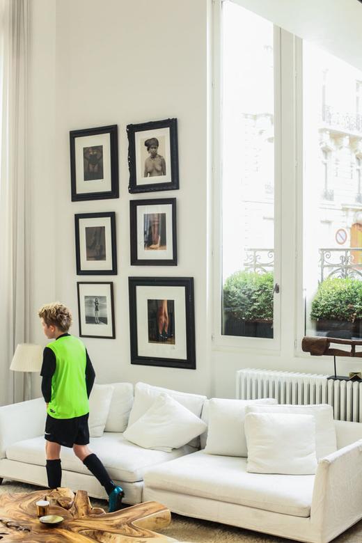 Canapé blanc dans le salon d'Ingrid Seynhaeve créatrice de la marque June 7.2