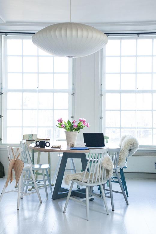 La salle à manger reposante, blanche et lumineuse de Sanne Hop