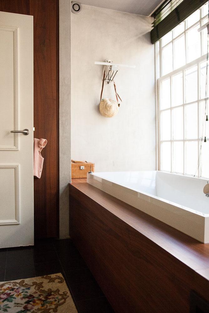 Une salle de bain naturelle et épurée chez Sanne Hop