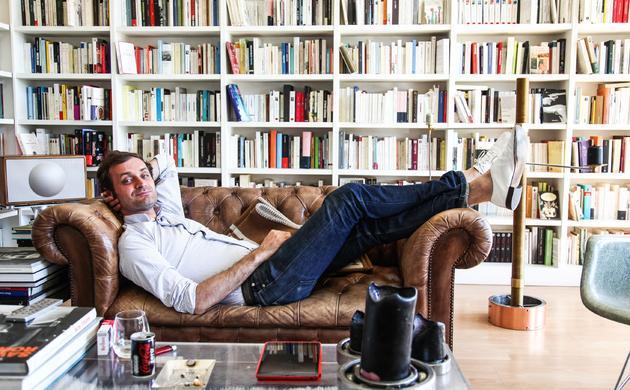 Portrait Bibliothèque Livres Salon Appartement Paris Augustin Trapenard