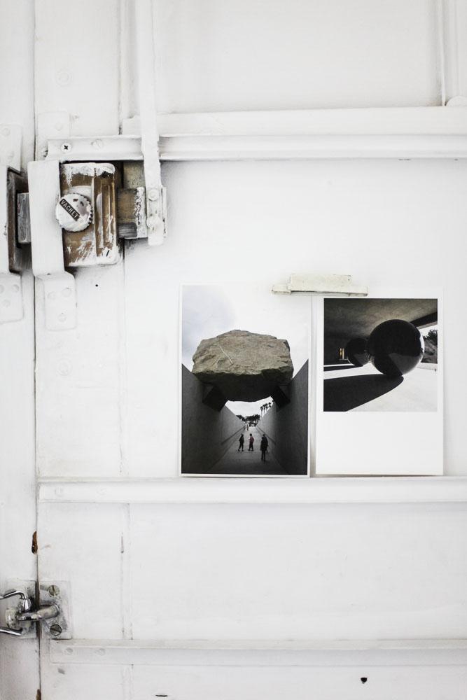 Des photos noires et blanches sur du bois, chez Benjamin Paulin