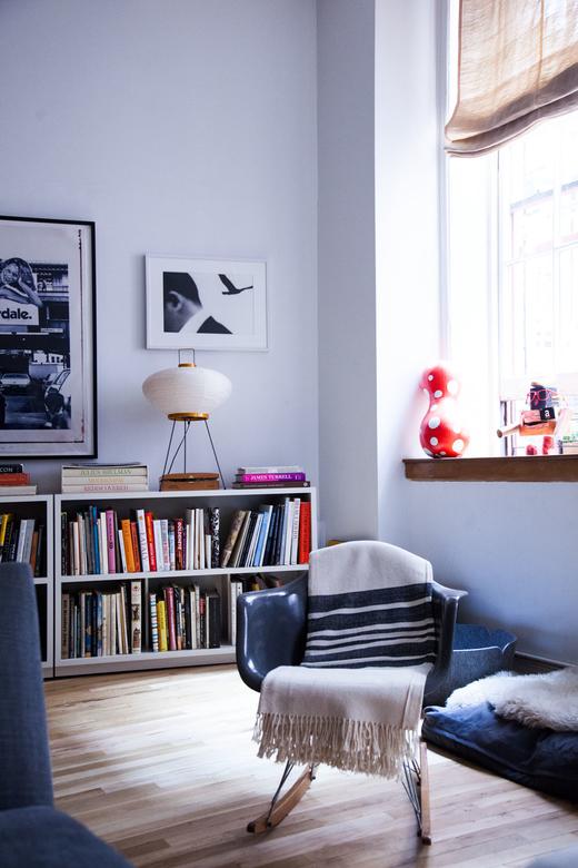 bibliotheque salon livres cadres art luminaires Christine John Gachot