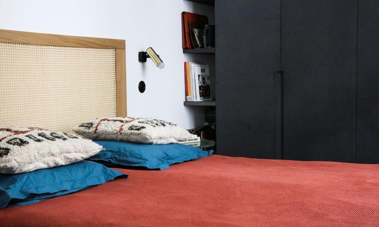Chambre Tête de lit cannage Coussins berbères Linge de lit coloré Appliques en laiton Appartement Stéphanie Lizée