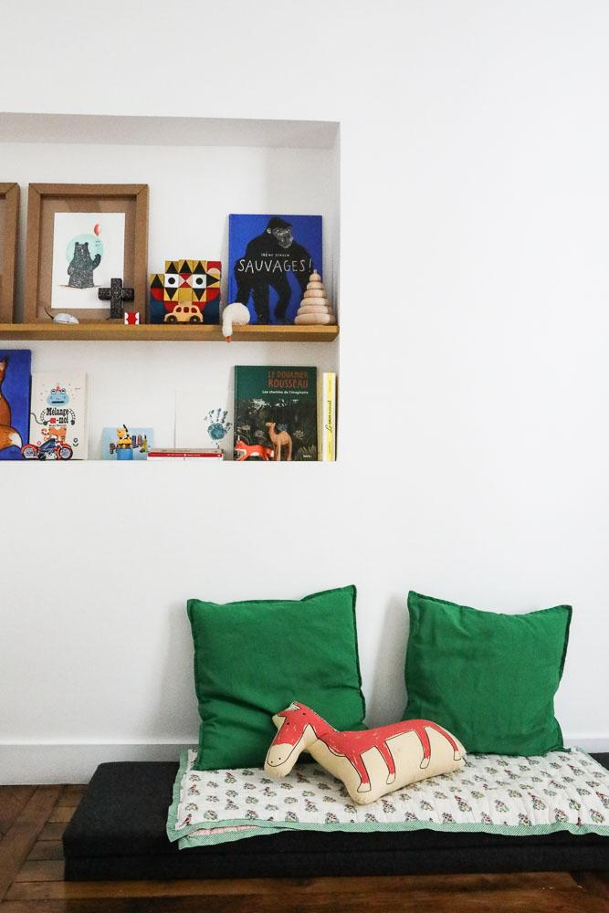 Coin lecture Chambre enfant Bibliothèques Livres Rangements Affiches Jouets en bois Appartement Stéphanie Lizée