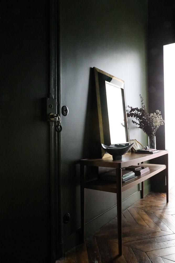 Couloir Peinture sombre Commode bois Miroir Vintage Fleurs séchées Appartement Stéphanie Lizée