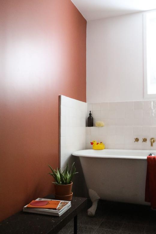 Salle de bain Baignoire Peinture Terracotta Canard en plastique jaune Banc Ikea SINNERLIG Liège Appartement Stéphanie Lizée