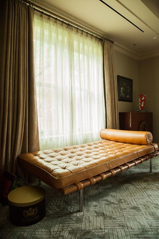 Assise cuir Vintage Maison Salon New York Amira Salaam Amro