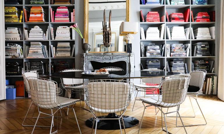 Salle à manger Chaises Harry Bertoia Livres Bibliothèque Appartement Paris Marianne Fersing