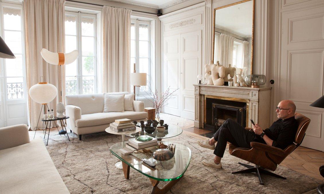 Salon maison hand tapis berbère table basse noguchi fauteuil eames lounge chair pierre emmanuel martin et