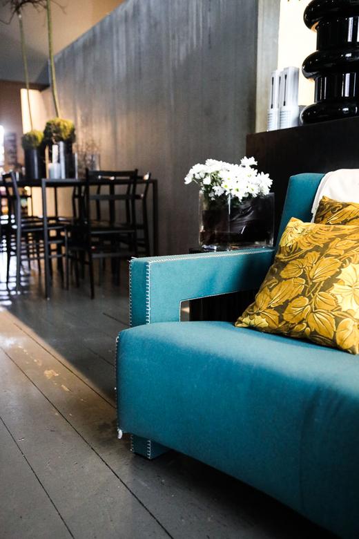 Salle de restaurant Canapé bleu Coussin jaune Potafiori Boutique Fleurs Restaurant Milan