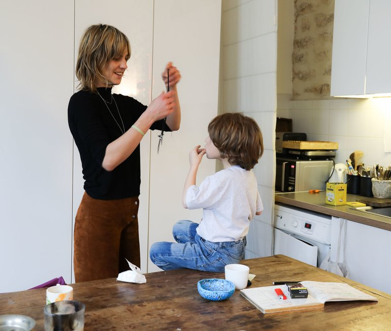 Portrait Delphine Delafon et fils Salon Appartement Paris