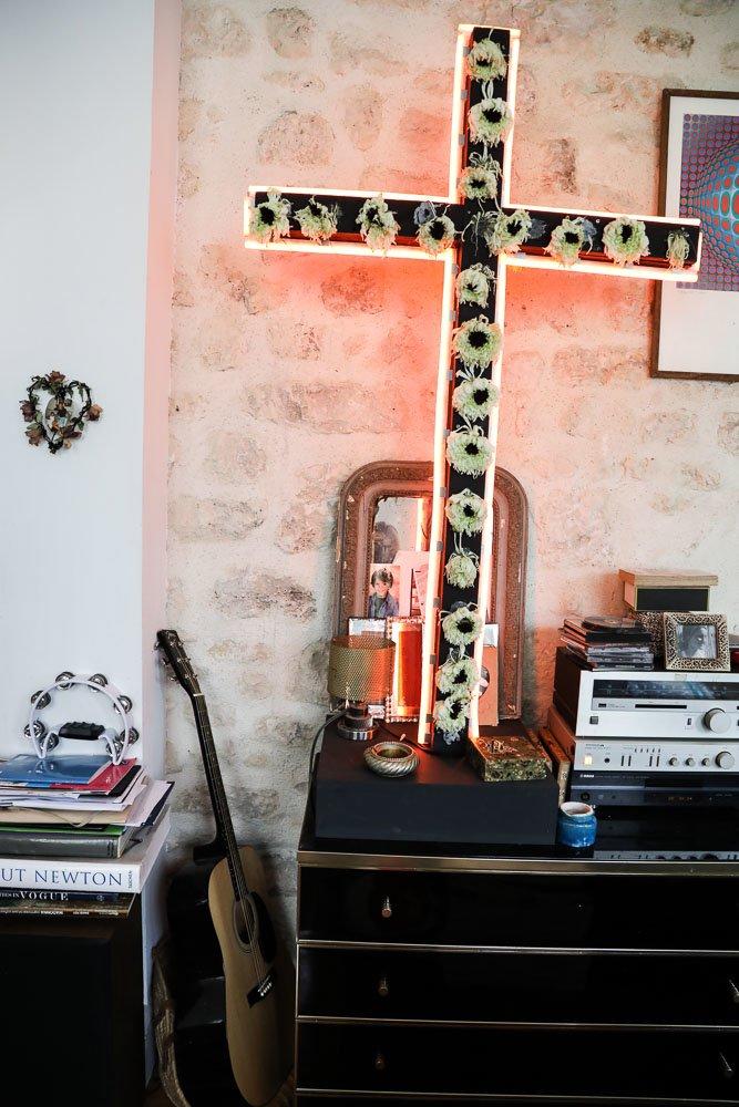 Croix lumineuse Décoration Appartement Salon Delphine Delafon Paris