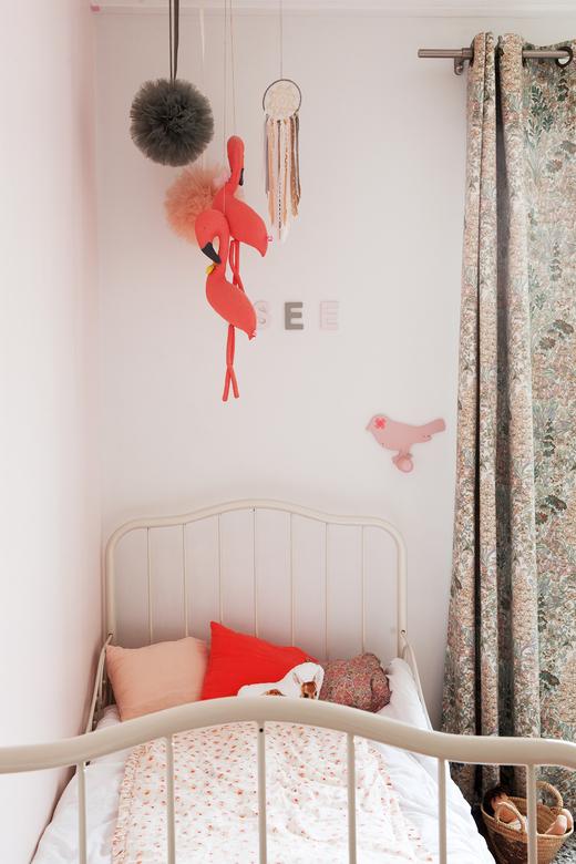 Chambre d'enfant blanche et rose Appartement Duplex Paris Nayla Voillemot et Romain