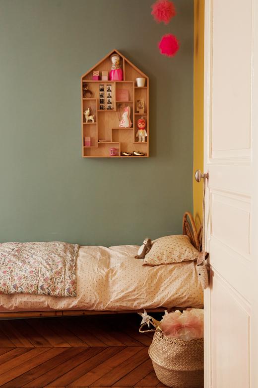 Chambre d'enfant colorée Mur vert et linge de lit Liberty Appartement duplex Paris Nayla Voillemot et Romain