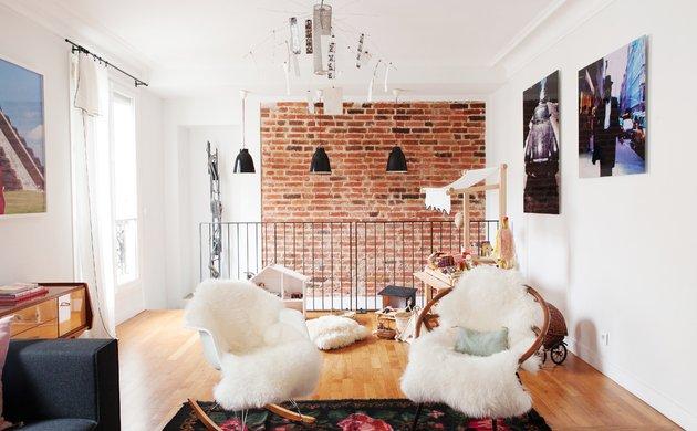 Salon Appartement Duplex Fauteuil Eames RAR Peaux de mouton Briques Loft Nayla Voillemot et Romain