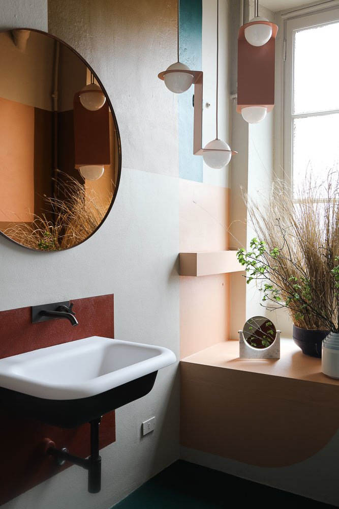 Salle de bain The Visit Mur bleu et rouge Miroir Studiopepe Arianna Lelli Mami et Chiara Di Pinto