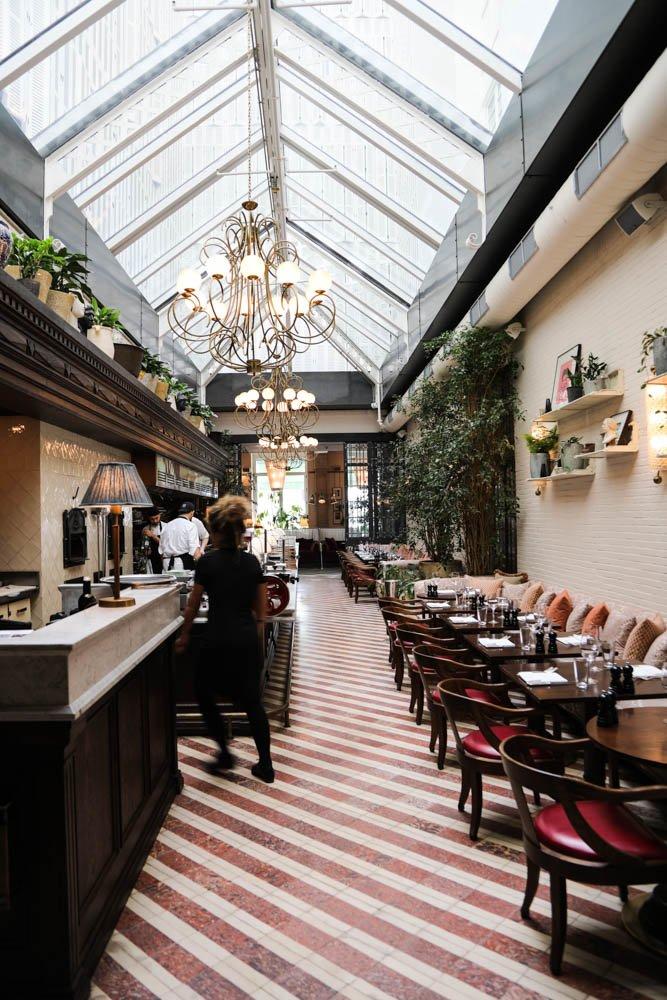 Salle de restaurant Soho House Barcelona Portrait MYBARRIO Hortense Guiraud