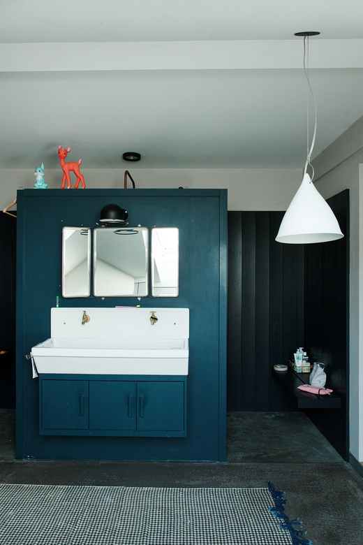Salle de bain Mur bleu Miroir de barbier Anne Hubert La cerise sur le gâteau