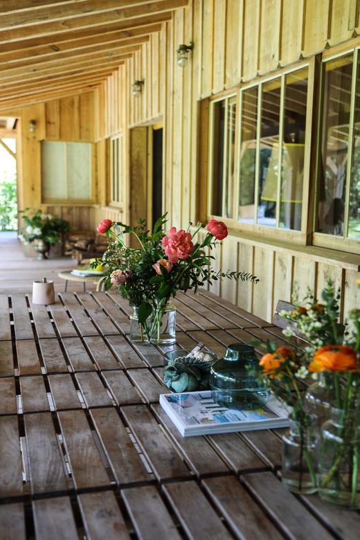 Terrasse Table en bois et fleurs Cap Ferret Louisa Rowland