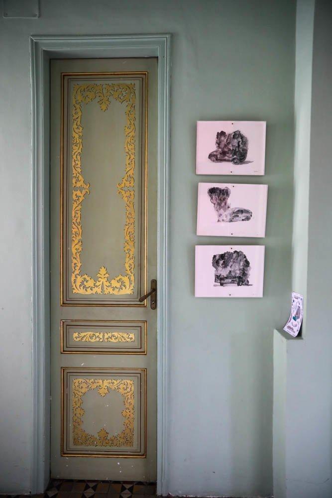 Porte enluminée dorée Casa Horta Barcelone Maison Guillermo Santoma et Raquel Quevedo