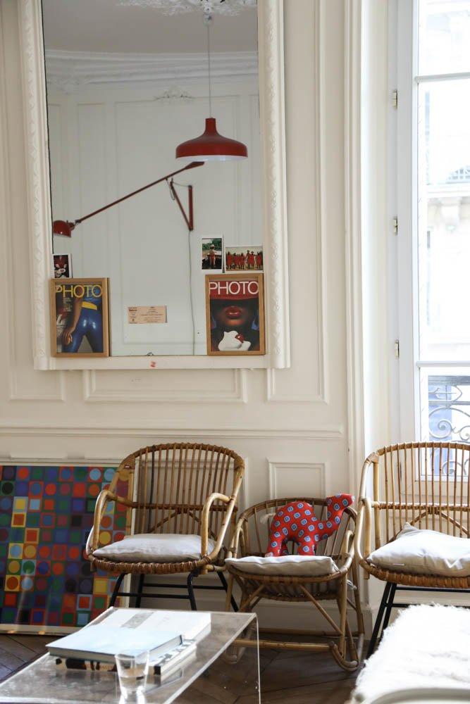 Salon Luminaire Fauteuils rotin Miroir Romancières Soeurs Anne et Claire Berest
