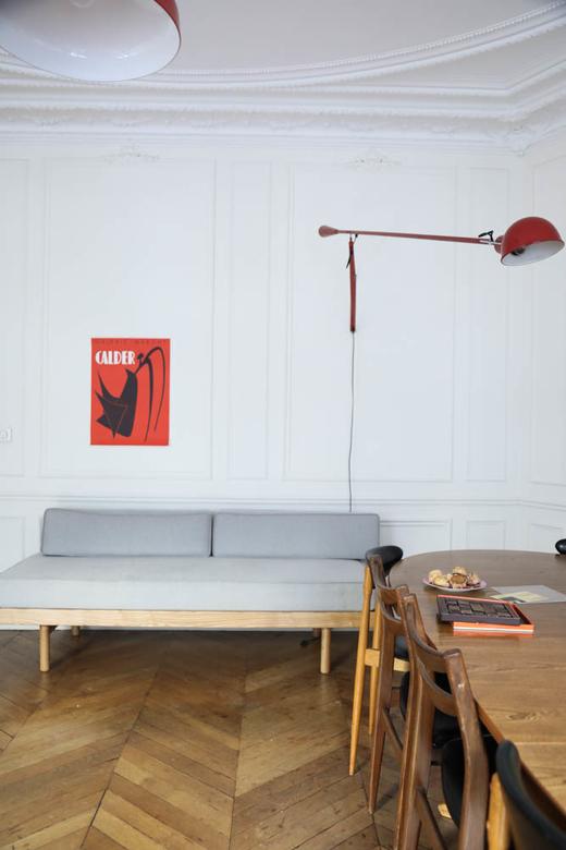 Salon Banquette danoise Table à manger Luminaire Romancières Soeurs Anne et Claire Berest