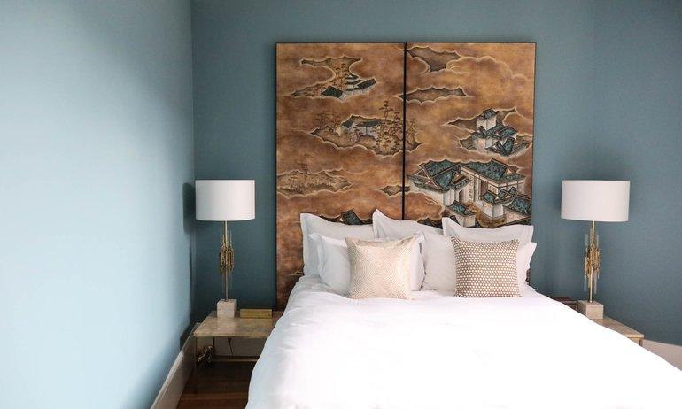 Chambre bleue Tête de lit papier peint De Gournay Appartement Bertrand Waldbillig Paris