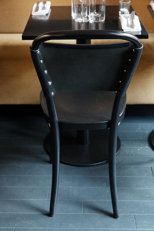 Salle restaurant Chaise noire Epoca Denny Imbroisi