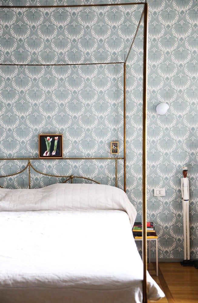 Chambre à coucher Papier peint motifs bleus Lit à baldaquin Sibilla Milani Milan