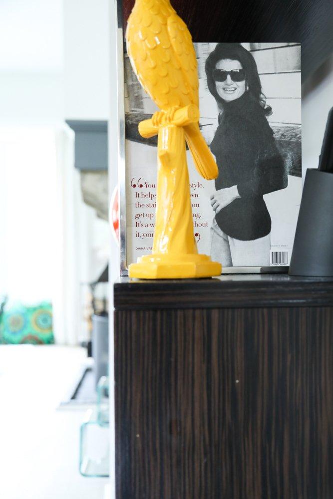 Sculpture jaune plastique Photographie Émilie Duchêne Fondatrice Thea Jewelry Bruxelles