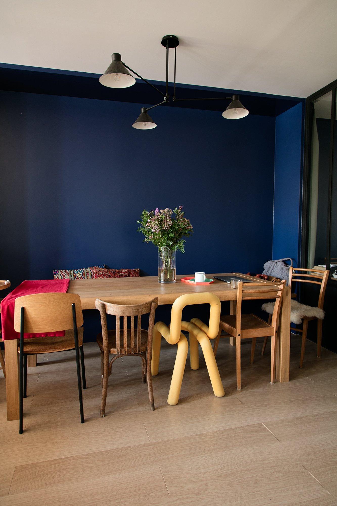 Salle à manger Bibliothèque bleue Appartement Marseille Emma et Ghislain Borga