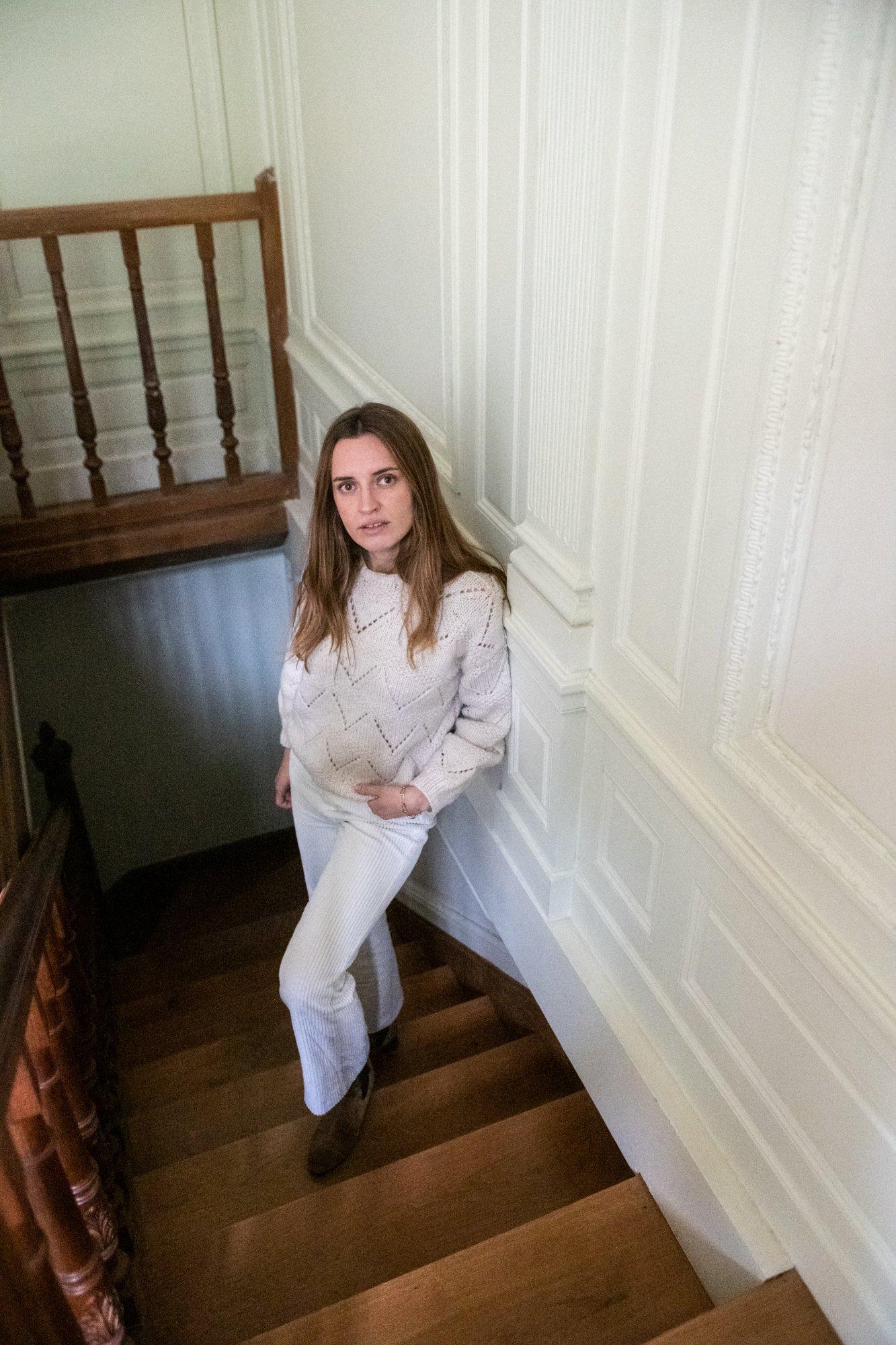 Portrait Escalier en bois Maison Paris Butte Montmartre Stéphanie Delpon