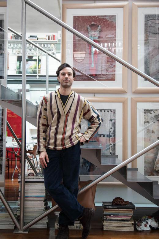 Guido Taroni devant son escalier chez lui à Milan