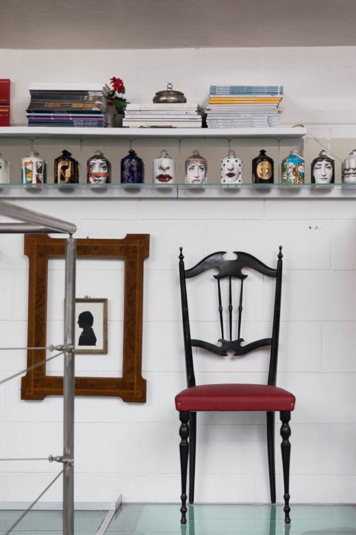 Chaise en bois et étagère chez Guido Taroni à Milan