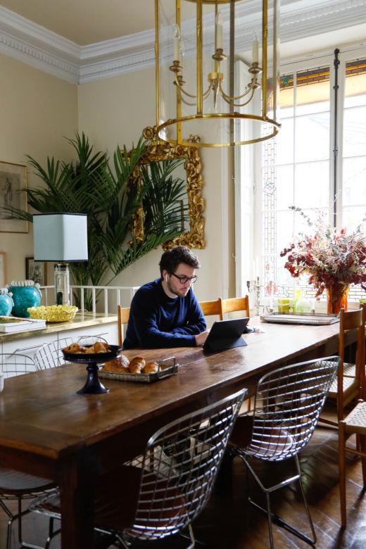 Alessandro Moriconi dans sa salle à manger à Paris