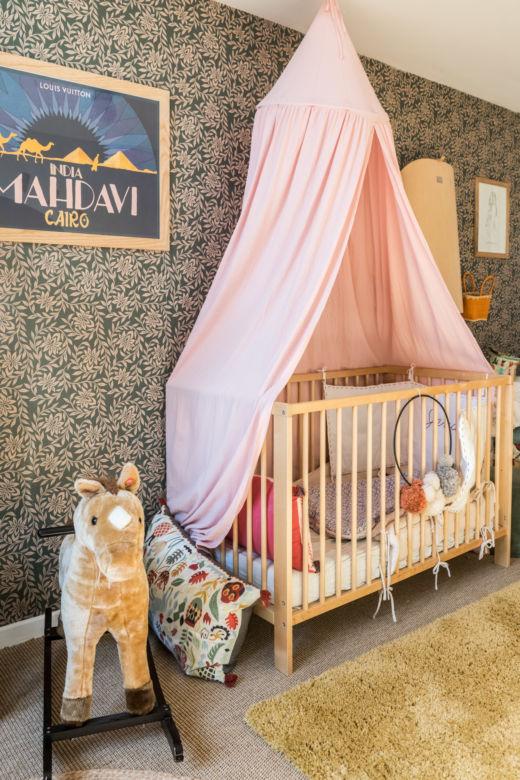 Chambre d'enfant avec berceau à baldaquin chez Maison Acacia à La Ciotat