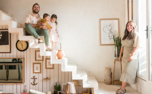 Famille sur leurs escaliers blancs chez Maison Acacia à LA Ciotat