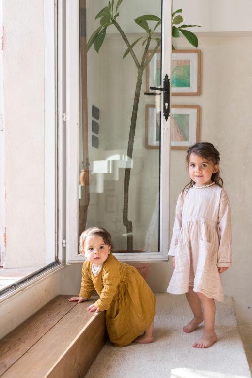 Enfants sur les marches du salon de Maison Acacia à La Ciotat