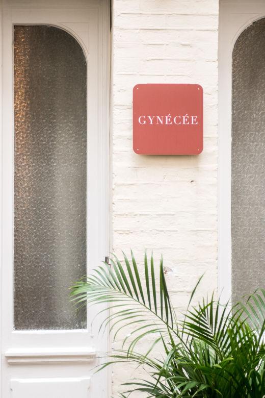 Signalétique rose à l'extérieur de Maison Gynécée à Paris